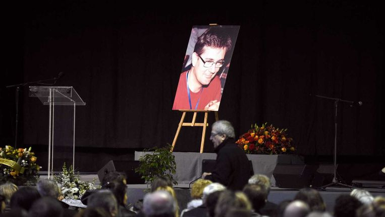 Honderden mensen hebben de uitvaartplechtigheid voor de vermoorde hoofdredacteur Stéphane Charbonnier (Charb) van het satirisch tijdschrift Charlie Hebdo bijgewoond. Beeld EPA