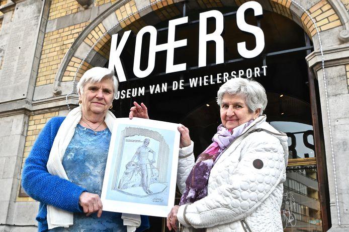 De zussen Marie-Claire en Anita Monseré zijn blij dat hun broer eindelijk vereeuwigd wordt met een standbeeld.