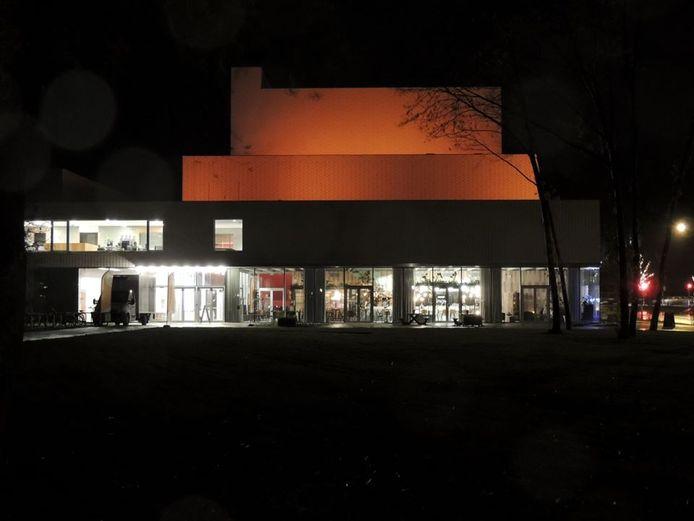 Het Leietheater wordt iedere avond verlicht.