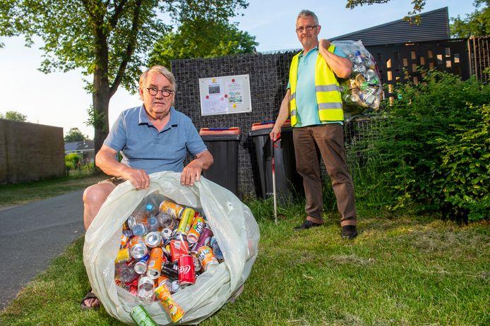Louis Bouwmeester en buurtbewoner Maarten voor de bakken waar menig Matenaar lege blikjes en flesjes ingooit.