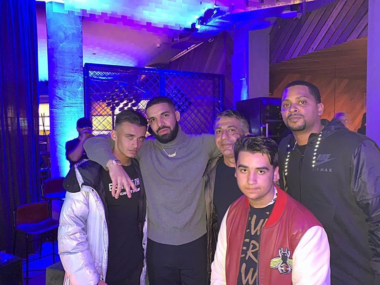 Van links af: Nissans zoon JayJay, rapper Drake, Nissan, zoon Noah en rapper Chubbs.  Beeld rv