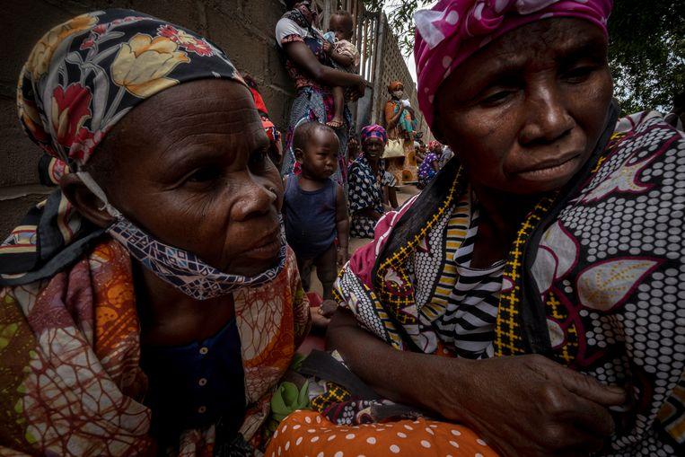 Vrouwen en kinderen op een tijdelijke opvanglocatie in Pemba, Mozambique, nadat ze gevlucht zijn uit Palma, in het noorden van het land. Beeld AP