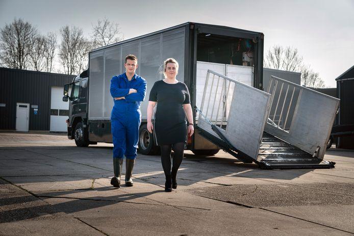 Peter Smit en Sietske Visser van het slachthuis Dokkum, voor hun mobiele slachtwagen waarmee ze bij boeren op het erf vee kunnen slachten dat niet van het erf vervoerd kan of mag worden.