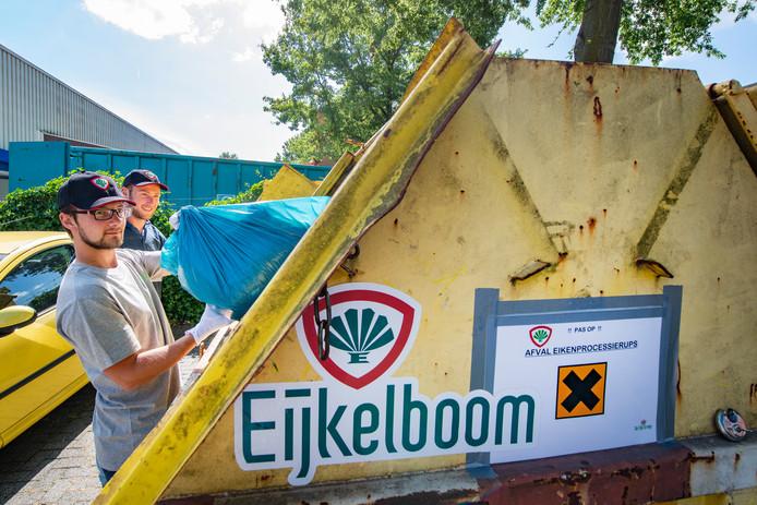Groenbedrijven verpakken de dode rupsen in plastic zakken die in containers worden opgeslagen op hun terrein, zoals hier bij Eijkelboom in Apeldoorn.
