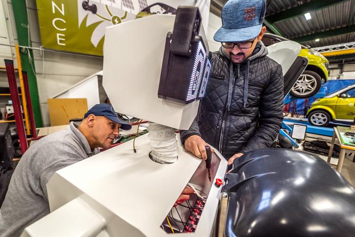 John Seiffers met student Jagga, werkend aan de zwerfafvalrobot.