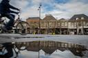 Terrassen zijn maandagmiddag al uit voorzorg weggehaald in het centrum van Wijchen. Vandaag werd ondernemers ook geadviseerd andere spullen die los kunnen worden gehaald, binnen te halen.