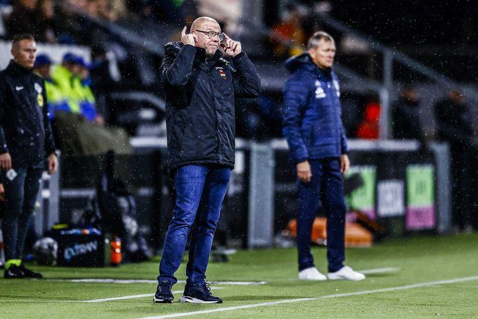 Willem II-trainer Fred Grim gebaart richting zijn spelers dat ze het koppie erbij moeten houden.