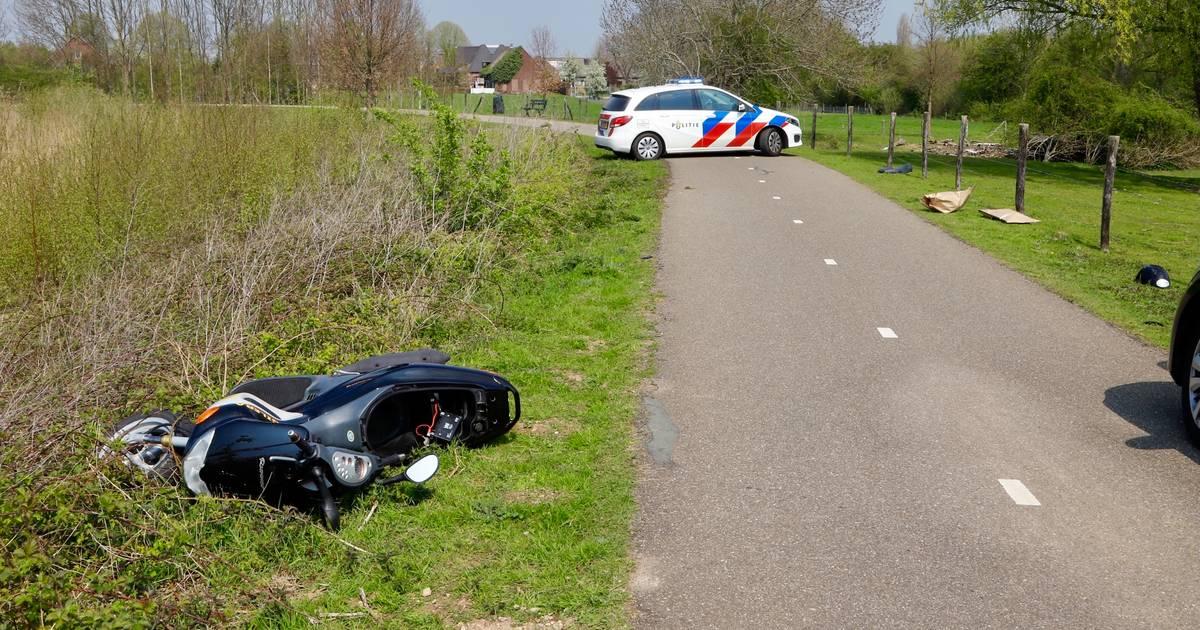 Voetganger zwaargewond door aanrijding met motorscooter: roekeloze bestuurder was op de vlucht voor politie.