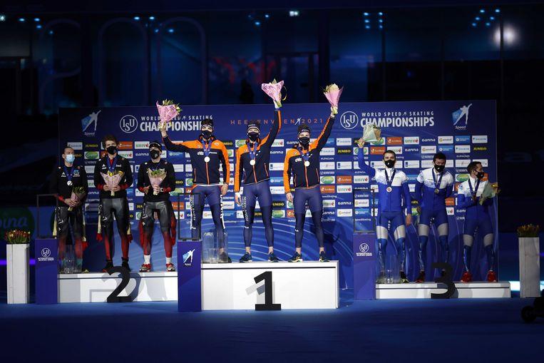 Patrick Roest (NED), Chris Huizinga (NED), Marcel Bosker (NED) tijdens de huldiging van de ploegenachtervolging voor mannen op het WK afstanden schaatsen in Thialf. Beeld ANP