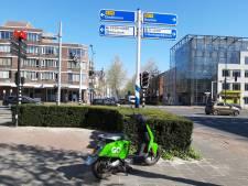 De groene GO Sharing scooters irriteren vooral als ze fout geparkeerd staan