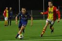 Levi Opdam speelde wel eerder in Apeldoorn, met Go Ahead Eagles tegen CSV Apeldoorn met Steven van Es (rechts). Nu staat de oud-prof voorlopig nog op het veld bij Columbia.