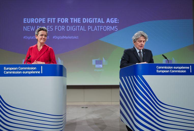 Margrethe Vestager en Thierry Breton van de Europese Commissie tijdens een conferentie over het digitale beleid in de EU.  Beeld AP