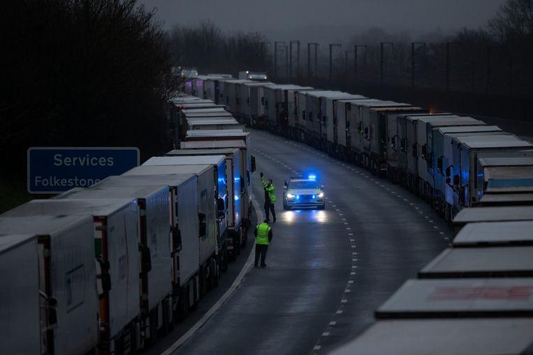 Vrachtwagens in de rij op de M20 bij Sellindge vlak bij Dover. Beeld Dan Kitwood/Getty Images