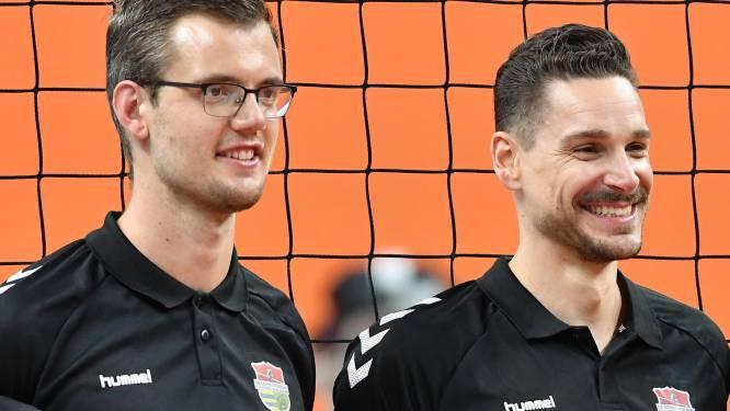 Als een 'malle' tikt Frank Baak codes in tijdens volleybalduels, om Dynamo aan de winst te helpen