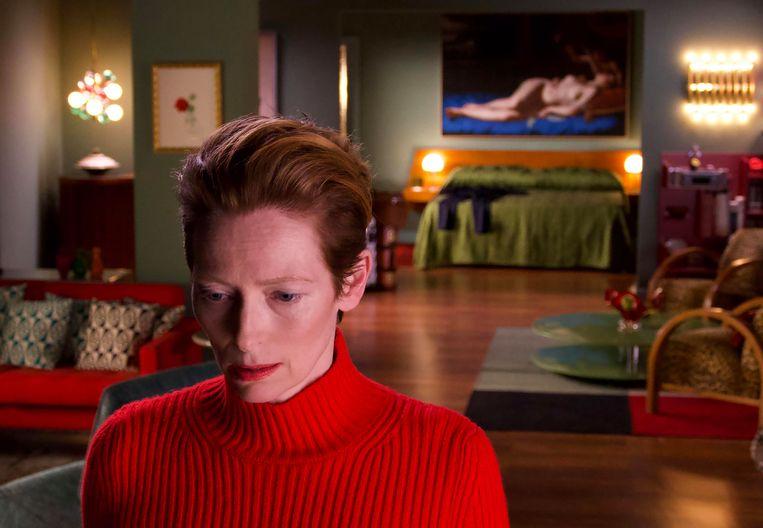 Swinton, afwisselend in het rood en blauw gekleed, laat je de gekmakende pijn voelen van een vrouw die in de steek is gelaten door haar geliefde.  Beeld