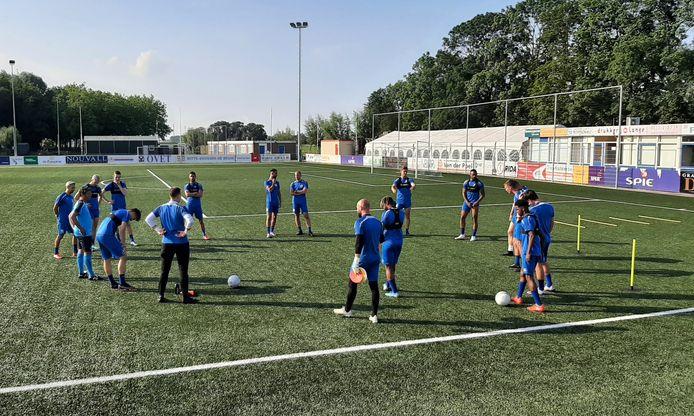 De spelers van Hoek maken zich klaar voor de eerste training van het tweede deel van de voorbereiding.