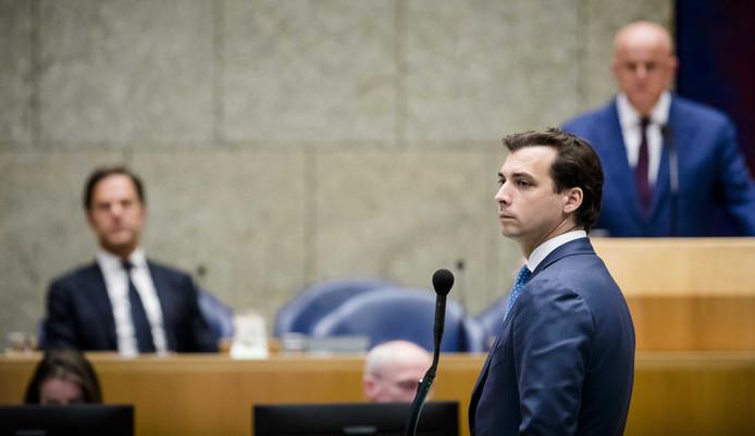 Thierry Baudet (FvD) met op de achtergrond Mark Rutte (links) in de Tweede Kamer.