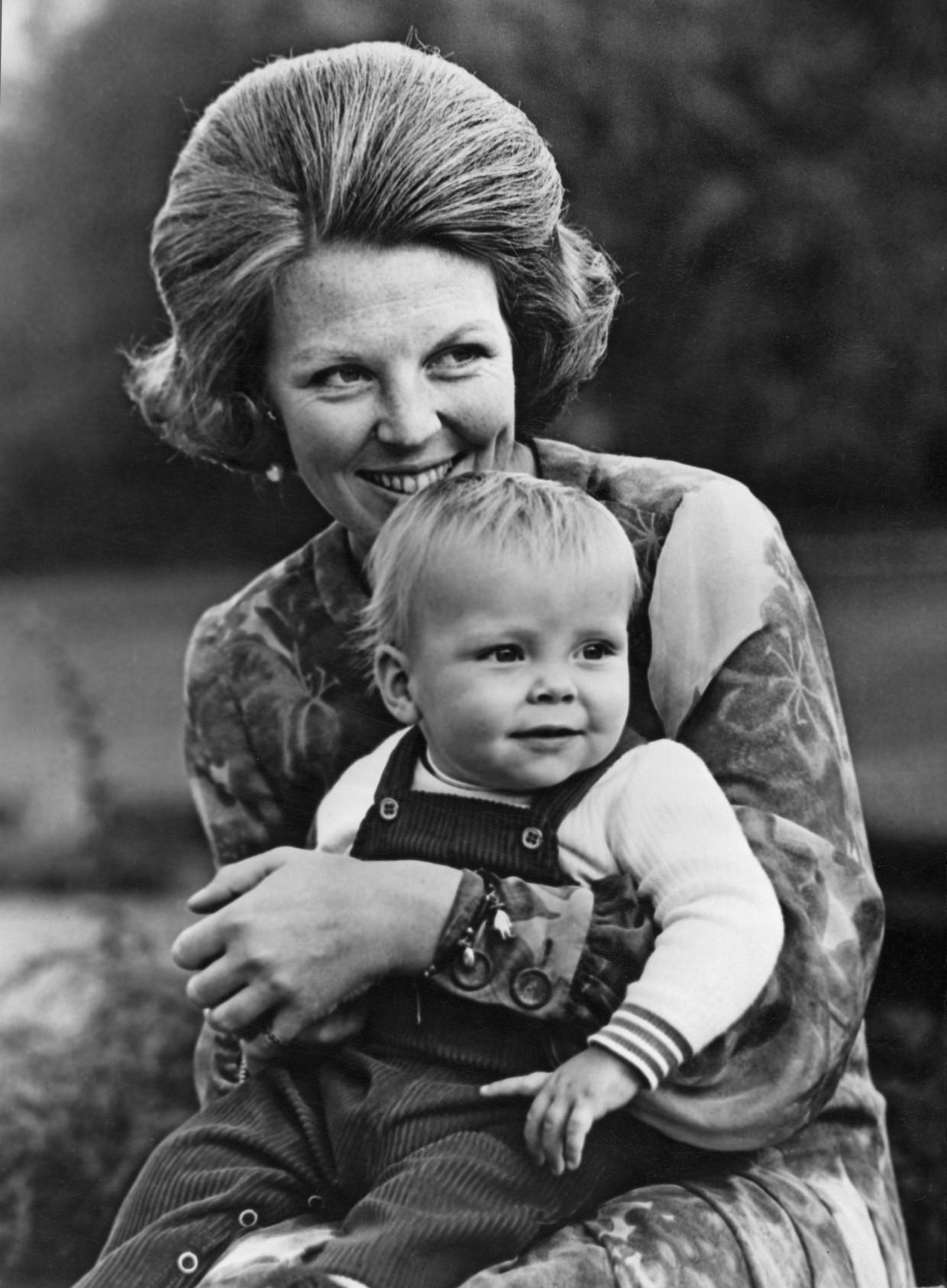 Koninklijke kiekjes: prinses Beatrix, een gelukkige jonge moeder en een prinsje met wangetjes om in te bijten Beeld Getty Images