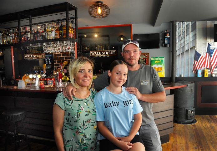 Saskia Bergmans met dochter Guusje en man Benjamin van Geersdaele voor de bar van Café Wall Street.