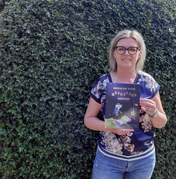 Wendy Janssens met haar nieuwe boek.
