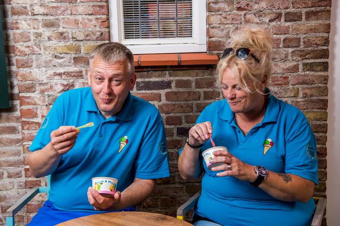 Arjan en Leny testen chocolade-ijs uit de supermarkt.
