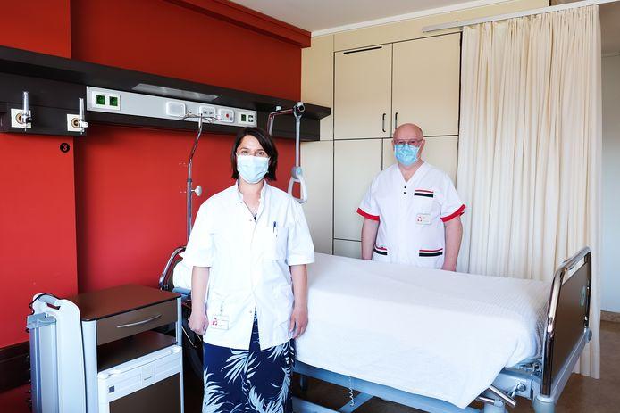 Dr. Timmermans en hoofdverpleegkundige Vyncke in een patiëntenkamer.