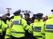 """La tension monte entre les chauffeurs et la police au port de Douvres: """"La situation est inhumaine"""""""