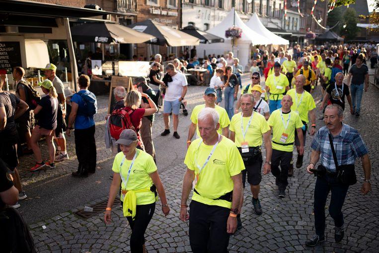 De deelnemers aan de dubbele Dodentocht vertrekken voor hun tweede 100 kilometer.