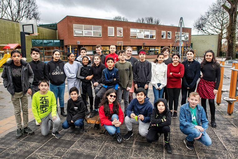 Groep 8 van de Tamarinde op het schoolplein. Beeld Guus Dubbelman / de Volkskrant