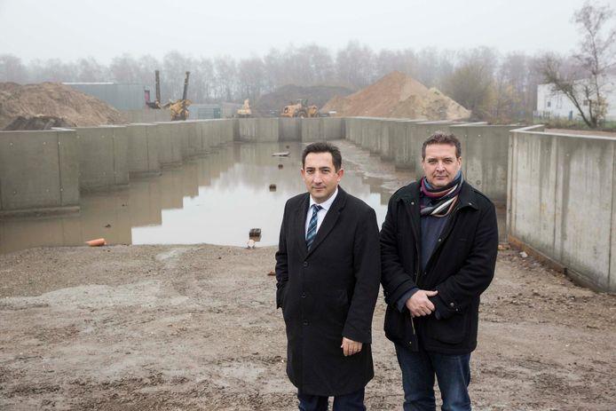 Schepen Ali Çaglar en Kris Somers van Limburg.net op het recyclagepark te Genk.