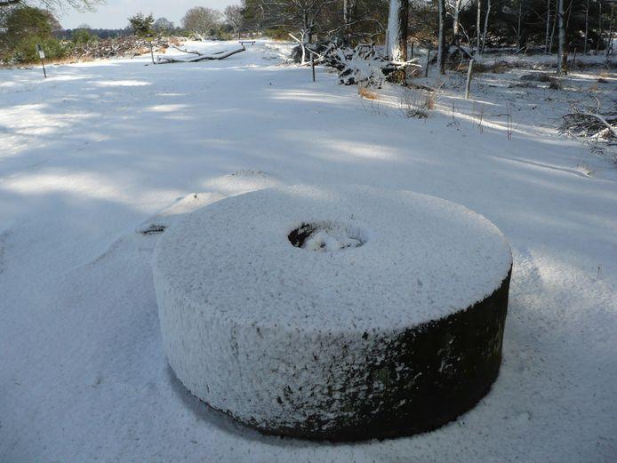 De molensteen bij het Belversven anno 2010 in een winters decor.