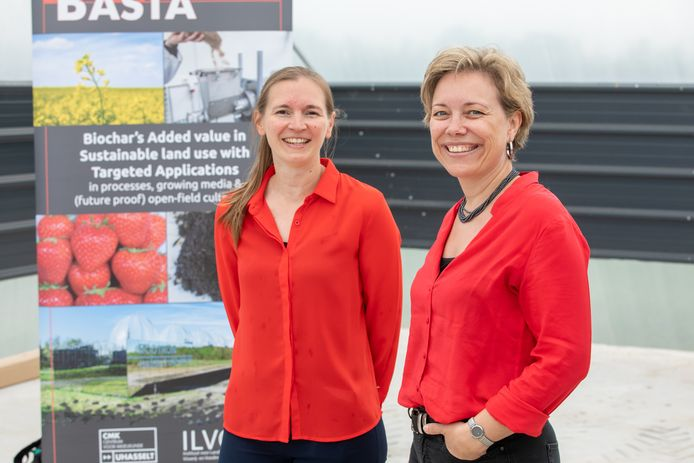 Onderzoekster Marijke Jozefczak (links) en prof. dr. Ann Cuypers (rechts) van Universiteit Hasselt werken samen aan een 'bodemverbeteraar' voor de fruitteelt.