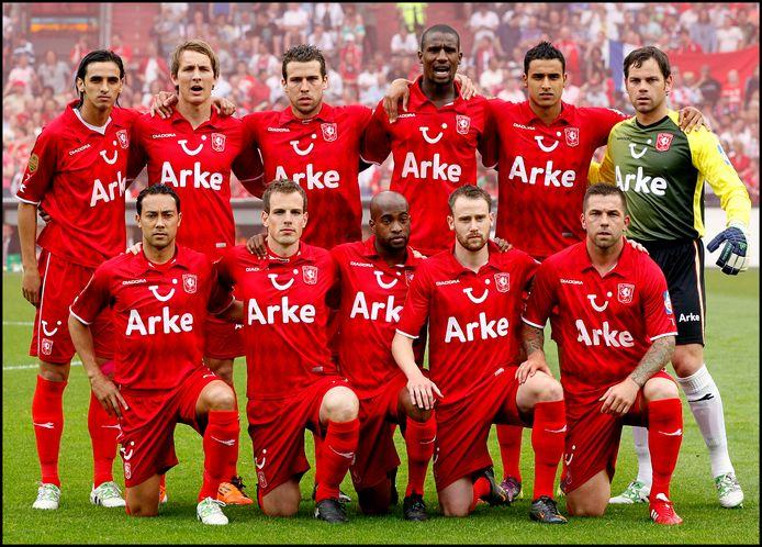FC Twente won in 2010 de Eredivisie en 2011 de KNVB-beker. Boven, van links naar rechts: Bryan Ruiz, Luuk de Jong, Peter Wisgerhof, Douglas, Nacer Chadli en Sander Boschker. Onder, van links naar rechts: Denny Landzaat, Wout Brama, Dwight Tiendalli, Bart Buysse, Theo Janssen.