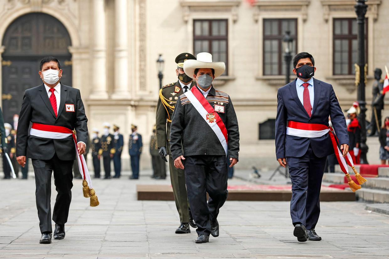 In een ceremonie op donderdag werd de nieuwe president Pedro Castillo officieel erkend als de opperbevelhebber van de Peruaanse strijdkrachten. Beeld AFP