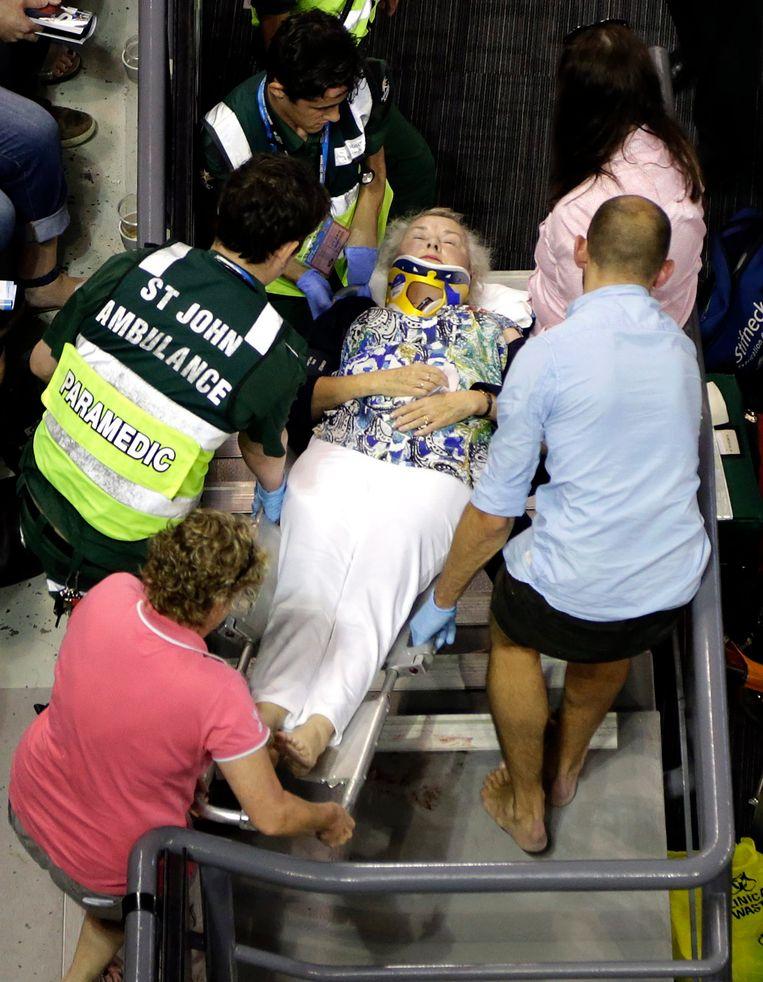 De dame belandde meters lager op de trappen en moest gestabiliseerd worden. De wedstrijd werd een half uur stilgelegd Beeld EPA