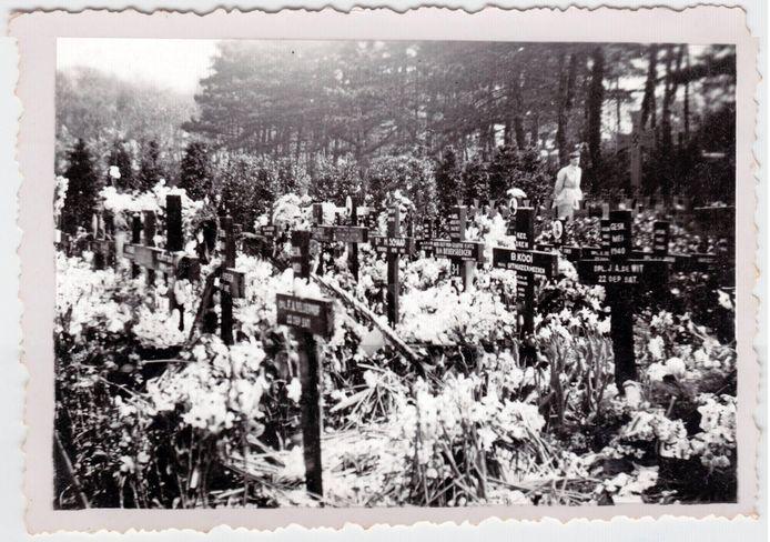 Families plaatsten in 1940 houten kruizen op het Haagse massagraf. De kruizen werden op last van de nazi's verwijderd om plaats te maken voor het huidige witte monument.