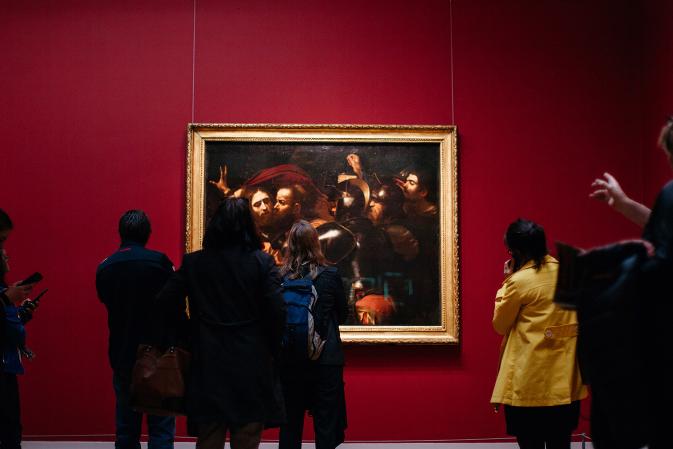 Bezoekers bekijken het schilderij De Gevangenneming van schilder Caravaggio uit 1602 in de National Gallery of Ireland.