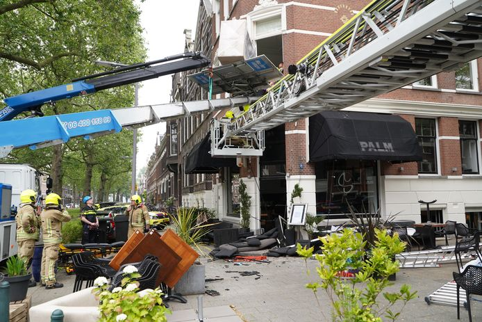 Een man en een vrouw raakten vrijdagochtend bekneld tussen een verhuislift en een raam.