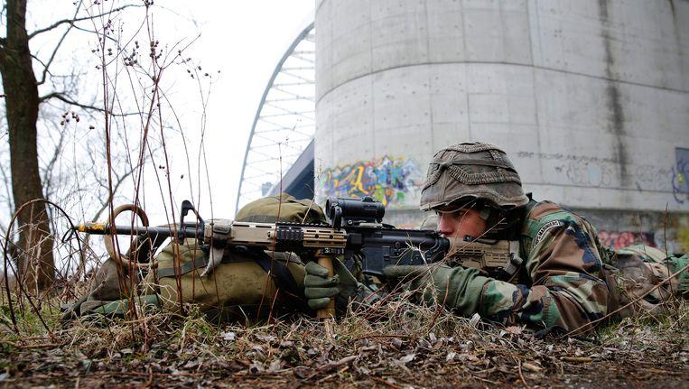 Een aspirant-marinier tijdens een oefening in Rotterdam op een foto van maart vorig jaar. Beeld anp