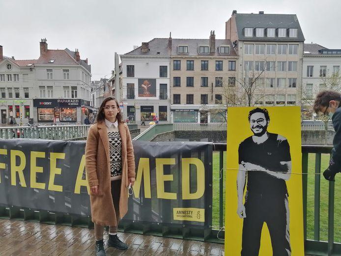 Souheila Yildiz naast een foto van Ahmed Samir.