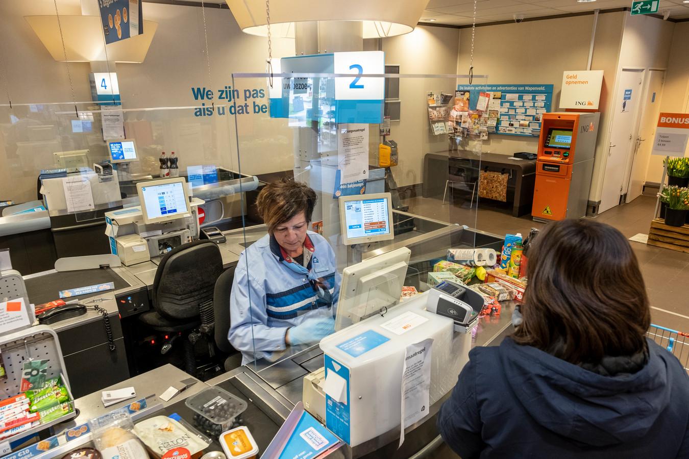 Een kenmerk van saamhorigheid was dat inwoners boodschappen gingen doen voor ouderen, zodat zij niet naar drukke supermarkten hoefden.