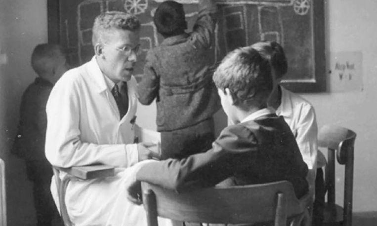 Hans Asperger (1906-1980) in zijn praktijk. In 1981 kreeg de ontwikkelingsstoornis die hij ontdekte de naam Syndroom van Asperger. Beeld RV