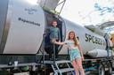Lorena (11) en Ilias (11) vonden het 'heel vet' om de virtuele ruimtereis te maken.