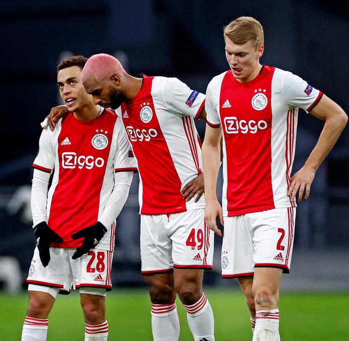 Sergiño Dest, Ryan Babel en Perr Schuurs treuren na de uitschakeling door Getafe in de Europa League.