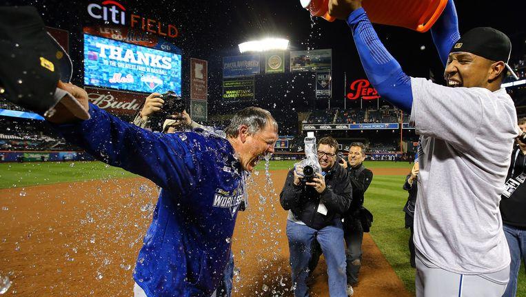Ned Yost krijgt de traditionele sportdrankdouche na het winnen van de World Series. Beeld getty