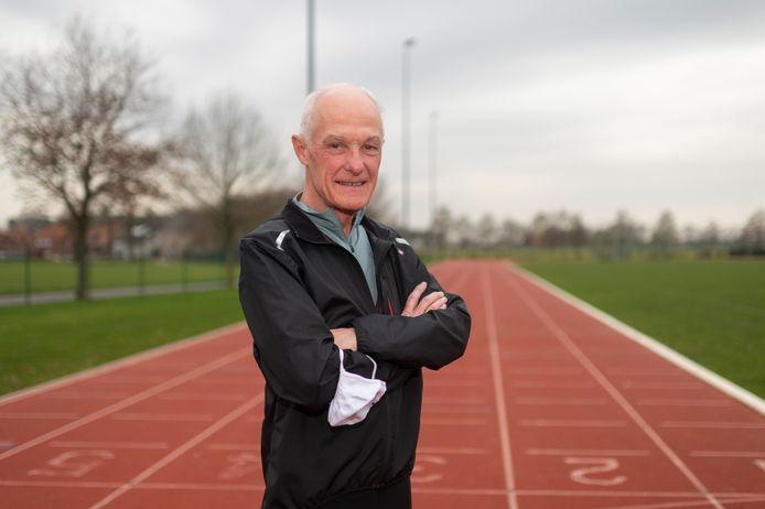 Mike Davis (72) wil zijn plaats in de vaccinatierij afstaan aan een Olympisch atleet, zodat ze een betere kans hebben op de Spelen van deze zomer