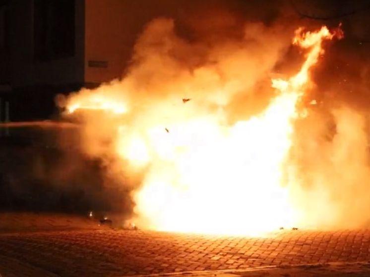 Metershoge vlammen slaan uit bedrijfsbusje met daarin gasflessen