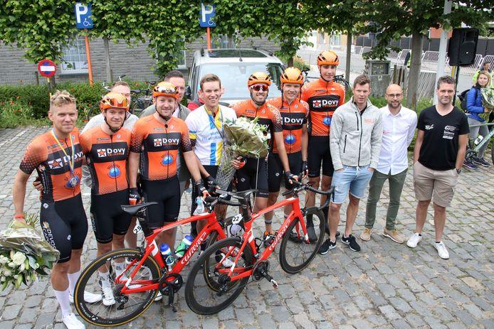 Na het PK in Zerkegem gingen Ruben De Marez (l.) en West-Vlaams kampioen Anthony Debuy (vierde renner van links) met ploegmaats en entourage op de foto.