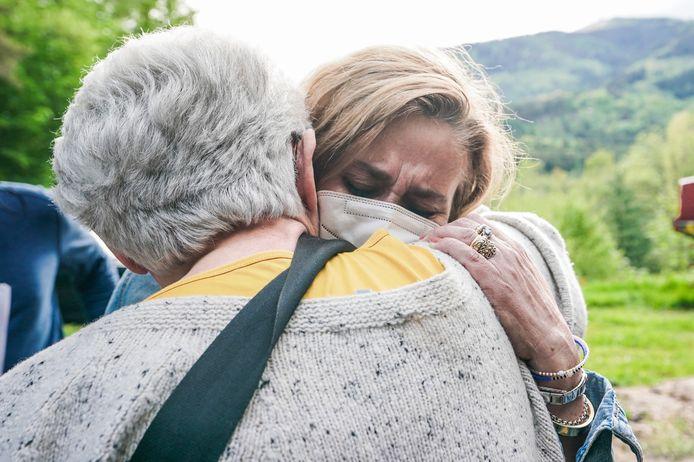 De burgemeester van Stresa, Marcella Severino (R) na het ongeval met de kabelbaan.  EPA/TINO ROMANO