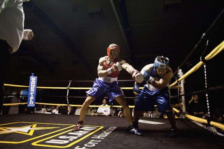 Sergeant Marvin Carey (L) gelegerd op Hawaii, tijdens zijn gevecht in de derde ronde tegen Spc. (specialist) Richard  Fale, ook gestationneerd op Hawaii. Beeld reuters